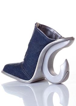 Израелски дизайнер направи обувки, имитиращи женското тяло