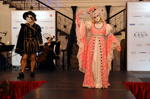 Impressive fashion show of Venice costumes and masks