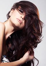 Какво да направите, за да не ви се наелектризира косата